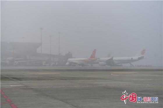 遭受大雾天气袭击 成都双流机场大面积航班延误