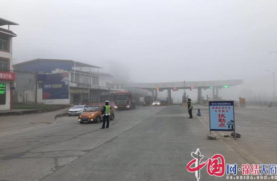 射洪市交警做好大雾天气交通管控工作 确保市民出行安全畅通