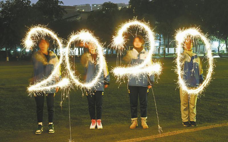 """迎接新年到来 成都中学生用烟花棒写出""""2020""""字样"""
