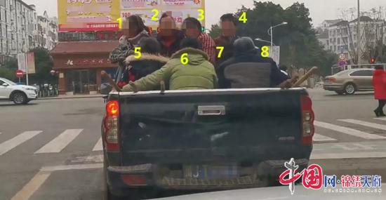 是人不是货 遂宁一皮卡车后斗竟载8人