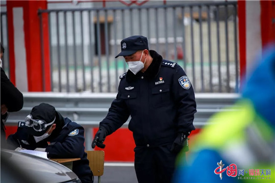 """黄平:理县一名老警察的战""""疫""""担当"""