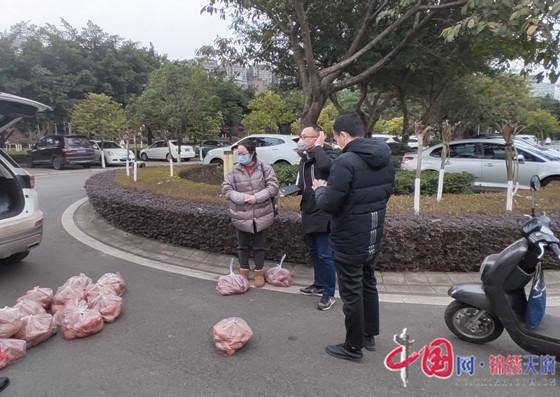 广汉:爱心帮扶贫困户 脱贫攻坚不断档