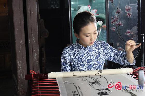 """五彩丝线编织美好人生 四川江油""""诗意""""职培为残疾贫困群体种下一片希望"""