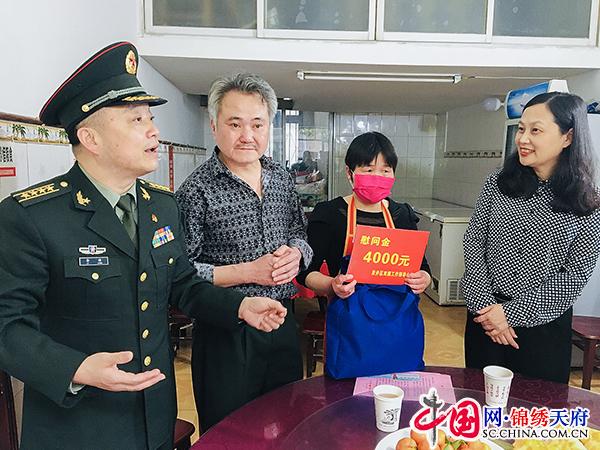 自贡贡井:李塘、黄劲看望慰问支援湖北抗疫士兵亲属