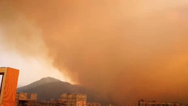 西昌近郊发生山火,浓烟飘至市区