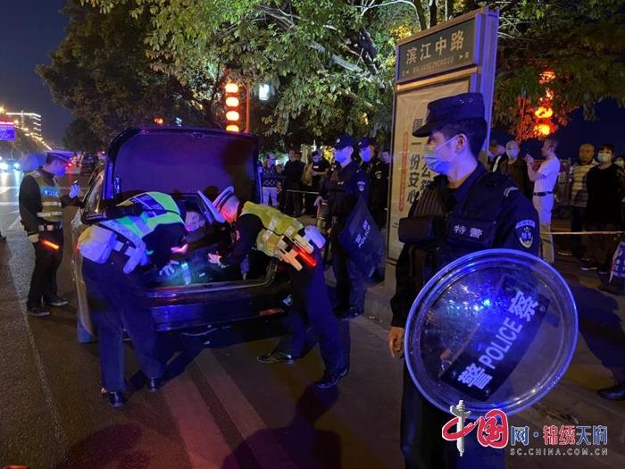 """遂宁市交警、特警联合开展""""缉枪防暴、打击犯罪""""集中夜查统一行动"""