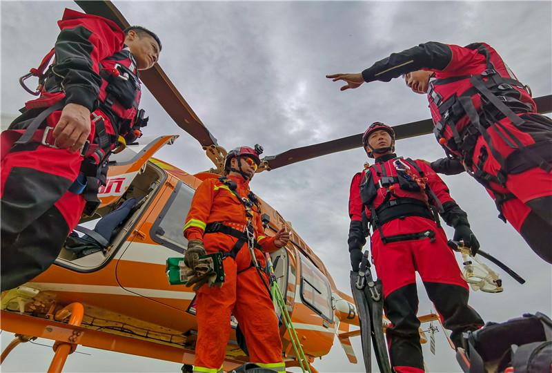 提升汛期处突保障能力 成都市消防支队进行首次水域航空联动实训