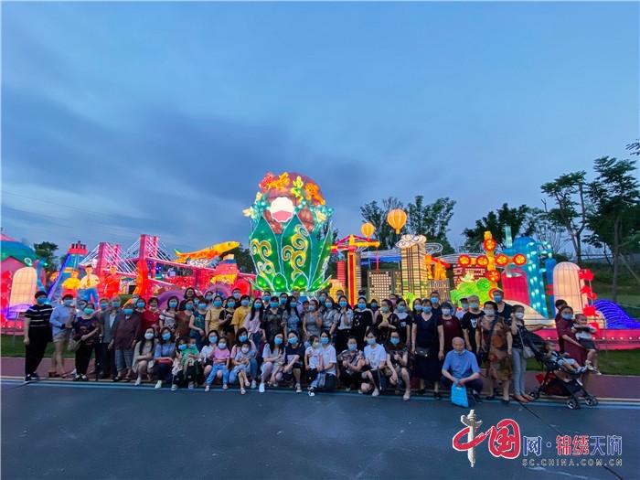 川中油气矿组织员工参加母亲节灯会活动