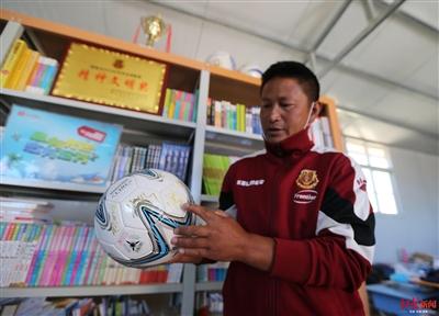 云端上的足球小将:围墙上画球门 尘土飞扬中训练