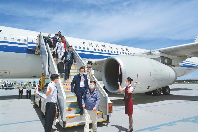 四川代表团抵京
