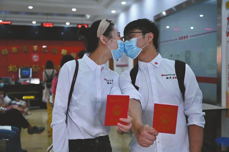 """""""520""""成都近6000对新人扯证 各婚姻登记处为援鄂医务人员开设绿色通道"""