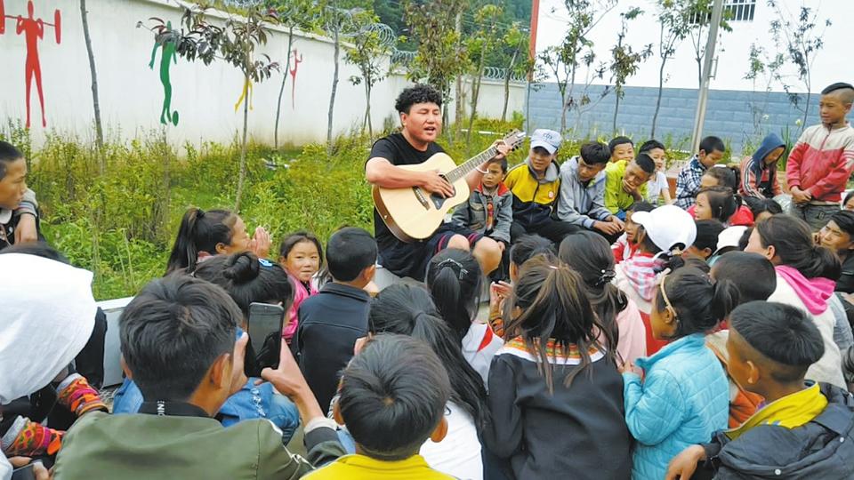 吉布李宏:重返大凉山 为彝族孩子们谱儿歌