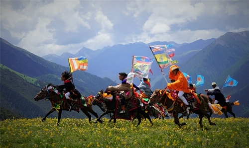 Spectacular! 500 Kangba men gallop on the Yajiang Plateau