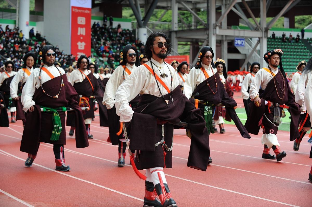 四川甘孜藏族自治州各族群众载歌载舞欢庆建州70年
