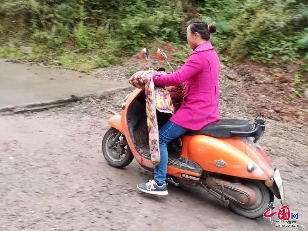 一人一车一条山路 年轻女教师扎根彝乡