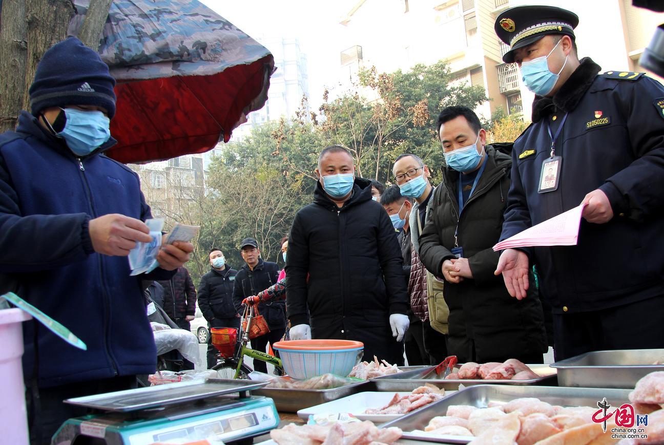 德阳城管联合多部门开展临时便民服务点疫情防控暨食品安全检查