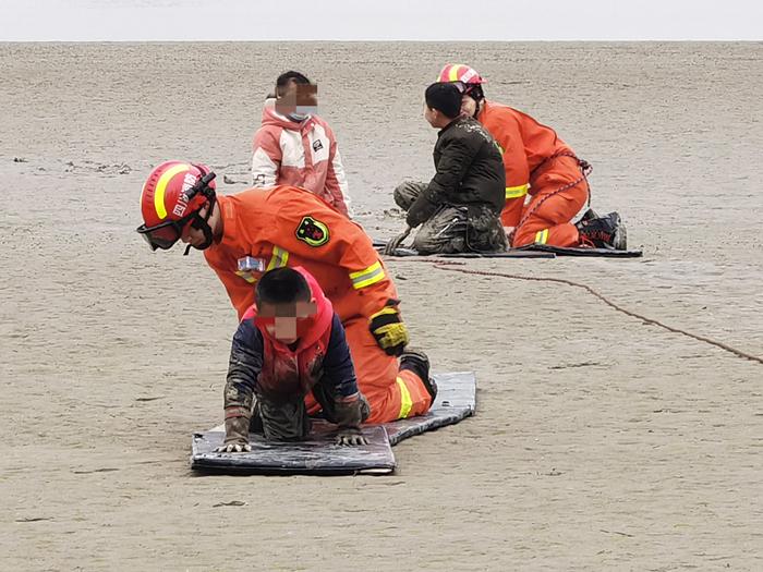 3名兒童身陷淤泥,遂寧消防提醒:遠離泥潭!遠離危險!