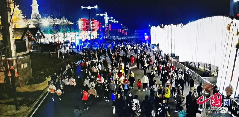 自贡:近3万余名游客观灯 交警呼吁乘坐免费摆渡公交车入园观灯