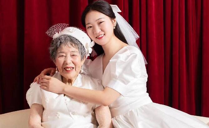 带88岁奶奶补拍婚纱照 抱养女孩:想留住她最美的样子