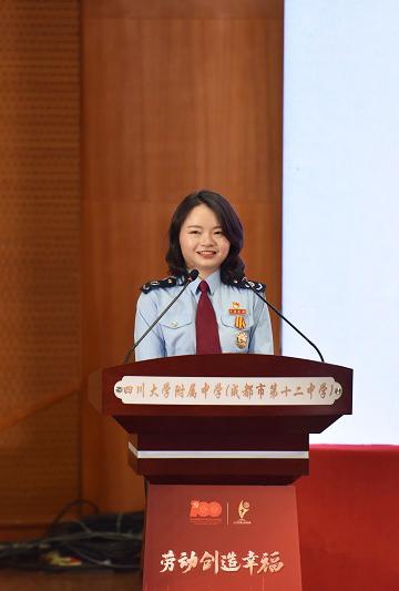 李媛媛在四川大学附属中学宣讲