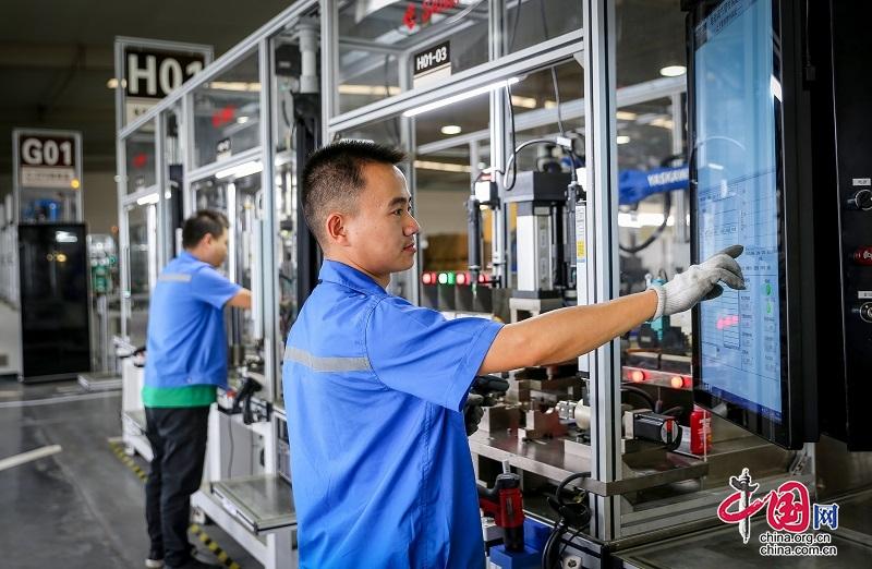 绵阳三力股份有限公司车间内,工人正有序作业
