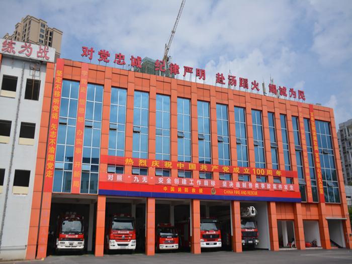 蓬溪消防悬挂横幅为中国共产党成立100周年营造氛围