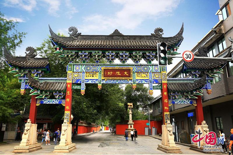 大学生汉文化社团打卡成都文化地标 新文殊坊尽显古成都人文底蕴