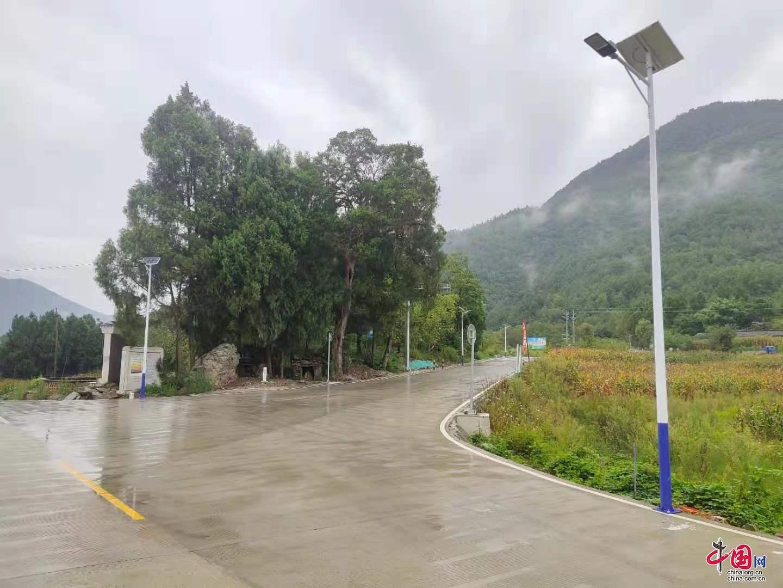 四川平武:崭新的太阳能路灯照亮乡村幸福路