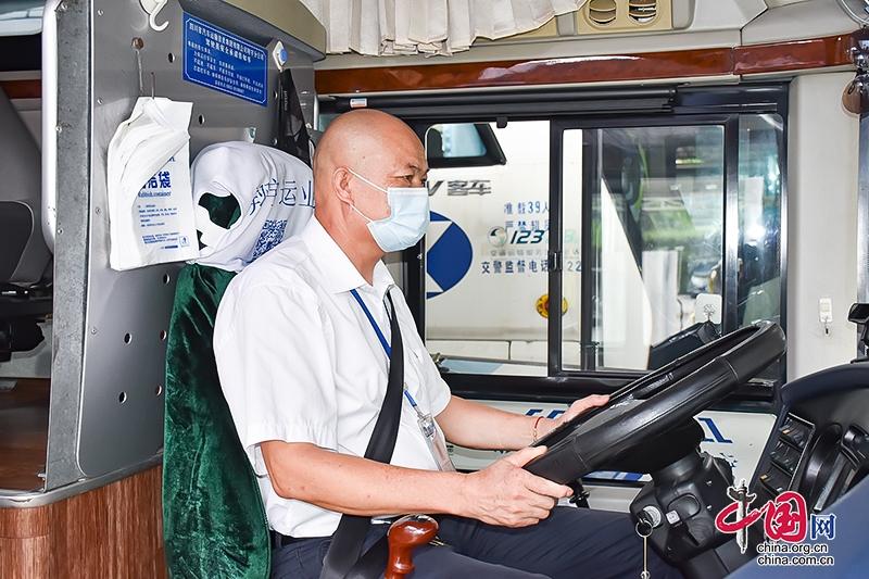 四川自贡:为20余万乘客保驾护航 劳动模范甘德富19年驾驶零事故