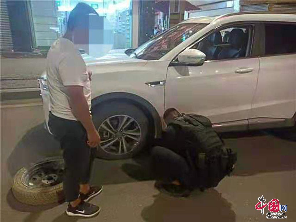 甘洛特巡队员相助换轮胎,点滴小事暖人心