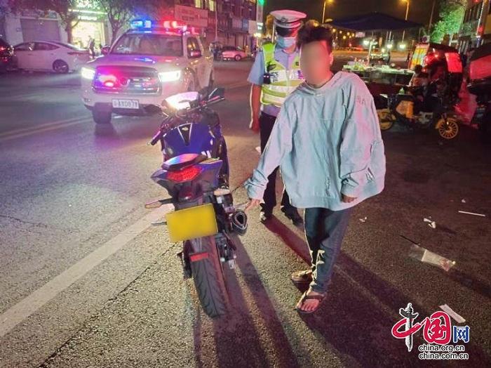 """多次扰民,民警出动 按住深夜""""炸街党""""的摩托车"""