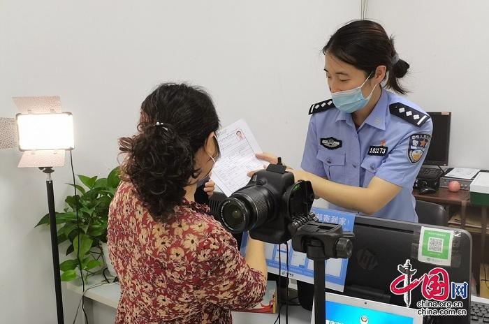 重庆公安为57名因疫情无法回国人员 提供身份证到期换领委托代办服务