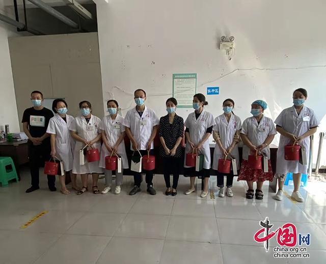 翠屏区李庄镇:节前文创送温暖 宣传关爱暖人心