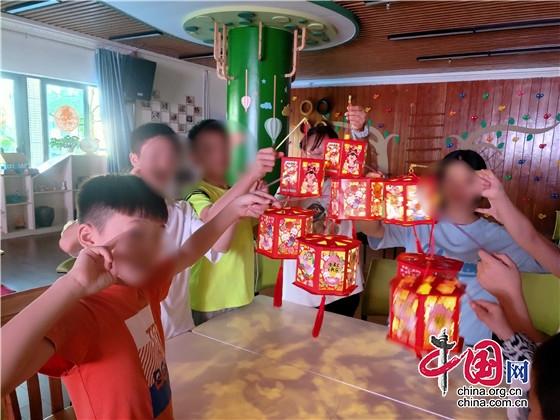 """四川眉山63名""""特需儿童""""制作灯笼、月饼欢度中秋"""