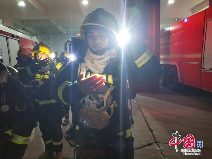 消防夜间闻警出动