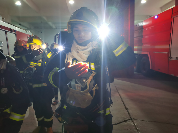 大英县文体路消防救援站开展夜间闻警出动训练
