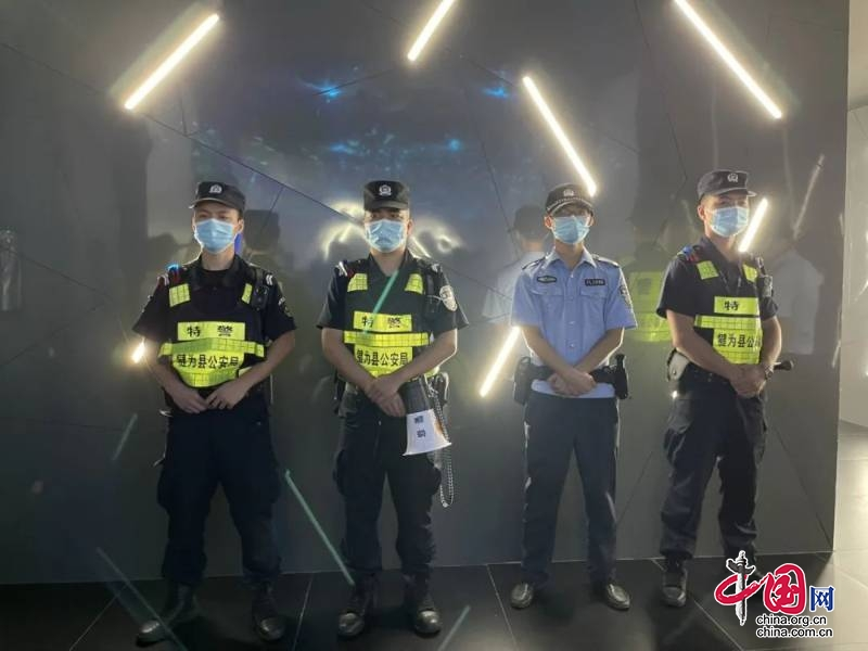 四川省犍为县警方联合多部门对城区酒吧突击清查