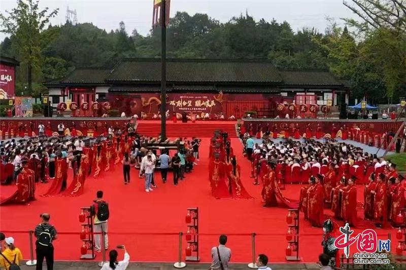 """浪漫""""穿越""""!50对新人在四川剑门关举行集体汉式婚礼"""