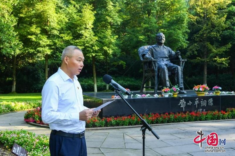 新一届广安区委领导班子到邓小平铜像广场开展献花仪式