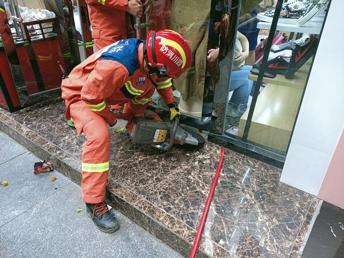 小男孩手卡玻璃门缝 遂宁市花溪路消防救援站紧急救援