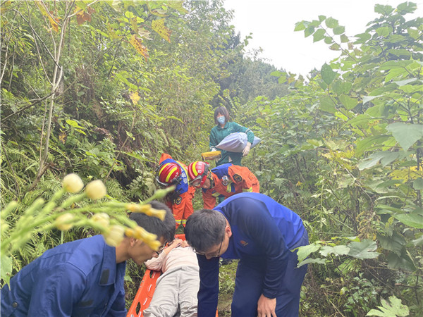 男子扫墓不慎摔倒被困山中 射洪消防紧急救援
