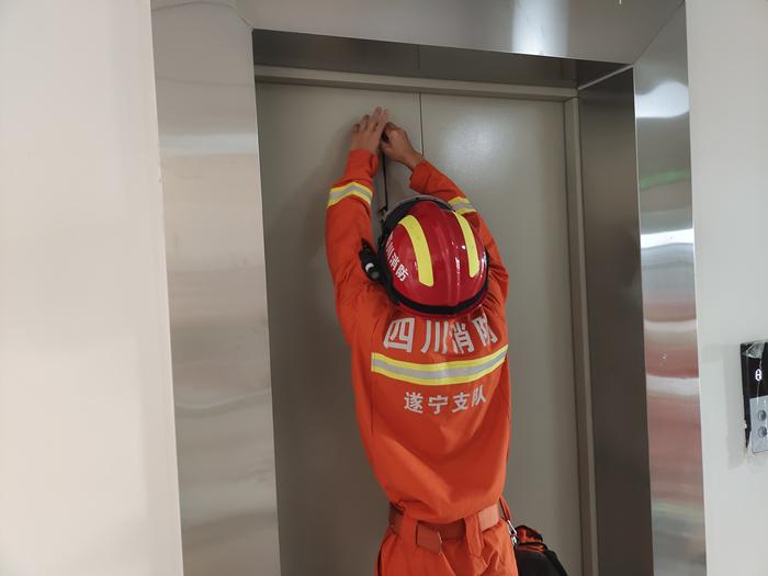 群众被困电梯 安居区梧桐路消防救援站紧急救援