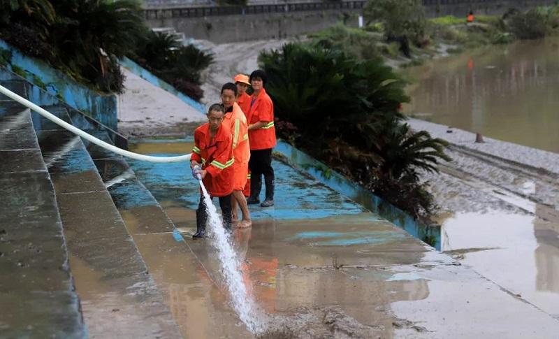 水退人进 !武胜积极开展灾后清淤、保电工作