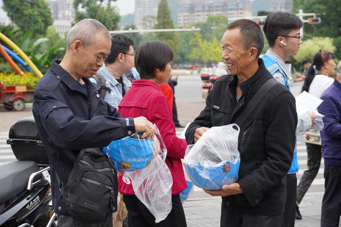 """遂宁:免费向市民发放1000个头盔 街头涌现""""蓝色风景线"""""""