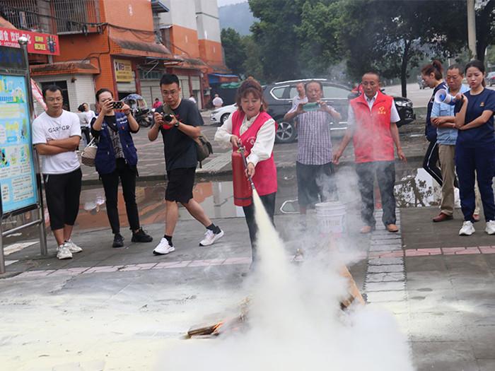 射洪市消防救援大队开展消防知识进家庭宣传活动