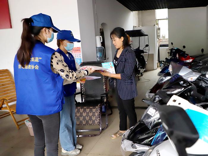 遂宁消防组织志愿者对沿街电动车销售店开展消防宣传
