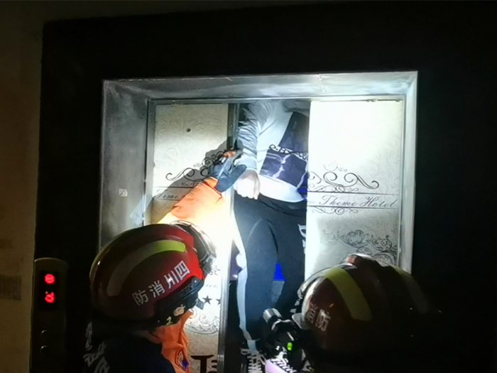 电梯失灵致1人被困 船山消防紧急救援