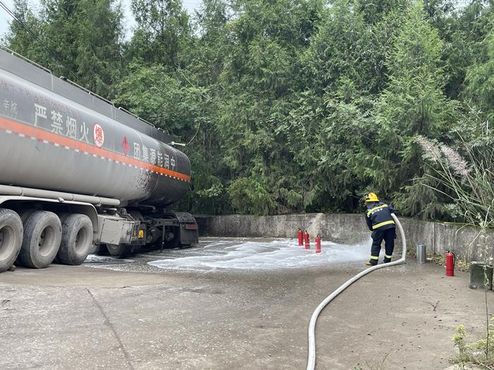 油罐车倾斜漏油 射洪消防紧急救援
