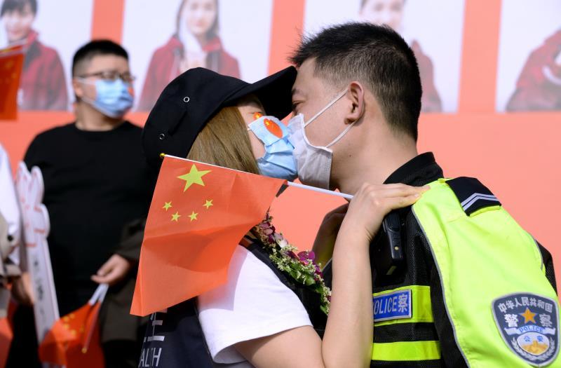援鄂妻子回家  交警丈夫开道献吻